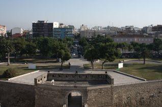 6 -Vista verso sud del rivellino e dei giardini del castello