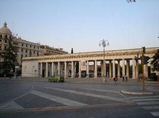 7 -Foggia -Villa comunale. L'ingresso principale è costituito dall'imponente pronao, composto da 28 colonne di ordine tuscanico disposte in doppia fila.
