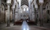 12 - Barletta - Concattedrale di Santa Maria Maggiore, XI sec. Interno con copertura navata centrale a crociera, mentre le due navate laterali presentano volte a botte.