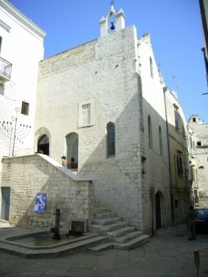 19 -Trani – Quartiere ebraico della Giudecca. La sinagoga Scolanova è una sinagoga edificata nell'antico quartiere ebraico di Trani. Dopo la cacciata degli ebrei avvenuta nel XVI secolo divenne una chiesa con il nome di Santa Maria di Scolanova. Ritornò all'uso originario nel 2005.