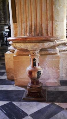 """110 -Lecce. Il Duomo. Acquasantiera, """"Acquasantiera in marmo intarsiato"""", marmo intarsiato.Datazione: XVIII secolo.Autore: maestranze napoletane"""