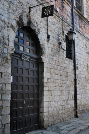 """51 - Barletta. Nel 1503, nel fondaco di uno dei primi palazzi trecenteschi vi era la """"Cantina del Sole"""" dove si vuole sia avvenuta l'Offesa da parte di cavalieri Francesi a danno degli Italiani che portò alla celeberrima """"Disfida di Barletta""""."""