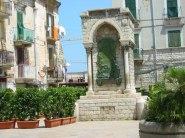 56 - Barletta,Il monumento alla Disfida di Barletta nella piazza di fronte alla Cantina della Sfida