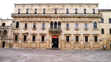 114 - Lecce. Piazza Duomo. Il Palazzo del Seminario. Furono i vescovi Michele e Fabrizio Pignatelli a promuovere tra il 1694 e il 1709 la costruzione del Seminario, che oggi accoglie il Museo Diocesano, la Biblioteca Innocenziana e l'Archivio Diocesano.