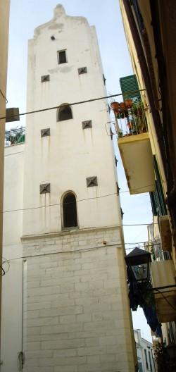 45 - Trani. Accanto alla chiesa di San Donato, si trova torri medioevali su cui spicca un orologio pubblico. Questa fu fatta costruire dal comune di Trani. La Torre era la costruzione più alta dopo il campanile della cattedrale.