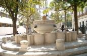 73 - Brindisi. Piazza Vittoria, al centro della città, fontana de torres