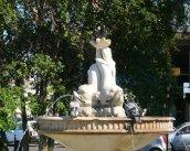 72 - Brindisi. Giungendo sul suggestivo Lungomare del porto interno di Brindisi, molto frequentato ed amato dai brindisina, si possono ammirare i Giardini di Piazza Vittorio Emanuele II, completamente rinnovati nel 2001, con al loro interno la Fontana dei Delfini (del 1876) e il Monumento a Virgilio, una opera in marmo di Floriano Bodini del 1988.
