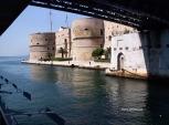 16 -Castello Aragonese visto in transito dal canale navigabile