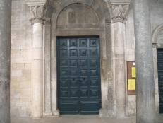 47 - Trani chiesa di Ognissanti- Il portale maggiore, dei tre che si aprono sulla facciata, è incorniciato da una fascia riccamente scolpita nella cui lunetta sono raffigurati momenti dell'Annunciazione. All'interno è custodito un dipinto su tavola, che riproduce la Madonna col Bambino, attribuito al madonnaro neo-bizantino Rico de Candia, che operò nel sec. XVI. In questa chiesa prestarono giuramento i cavalieri normanni della I crociata , con in testa Boemondo d'Altavilla prima di partire per l'oriente.
