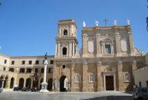 52 - Brindisi. La Cattedrale di Brindisi, ovvero la Basilica di San Giovanni Battista, della quale la prima pietra fu posta da papa Urbano II nel 1089, fu compiuta entro il 1143. Ruggiero, figlio di Tancredi, fu qui incoronato re di Sicilia nel 1191, primo fra i normanni ad esserlo fuori Palermo, e nell'anno successivo si unì in matrimonio con Irene, figlia di Isacco l'Angelo imperatore di Costantinopoli.