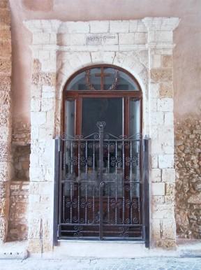 22 -Brindisi. Edicola presente nel passaggio della porta, risalente al 1617
