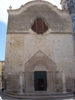 38 - Andria. Chiesa di Sant'Agostino (XIII secolo): costruita in origine dai Cavalieri templari, la chiesa passò successivamente ai Benedettini ed infine agli Agostiniani, che la ricostruirono dopo gli assedi del 1350. Il pregevole portale gotico risale al XIV secolo, mentre l'interno è barocco;