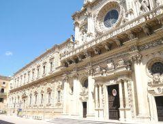 23 -Lecce - Basilica di Santa Croce. La basilica di Santa Croce è una chiesa del centro storico di Lecce, in via Umberto I. Insieme all'attiguo ex convento dei Celestini costituisce la più elevata manifestazione del barocco leccese. Ha il rango di basilica minore, risale al 1548.