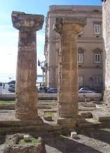 41 -Le Colonne Doriche di fronte al Palazzo del Municipio a Taranto