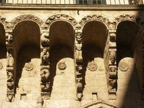 63 - Brindisi. Le sculture della cosiddetta Loggia Balsamo-La loggia Balsamo, è un monumento di Brindisi che si trova nei pressi di piazza Duomo.Si tratta in realtà di un balcone sorretto da mensole collocato sopra due arcate ogivali: le mensole sono riccamente scolpite con motivi allegorici.