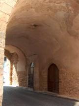 21 -Brindisi. L'interno del passaggio della Porta, con l'accesso ad uno dei locali e l'edicola