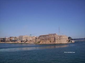 11 -Parte della città vecchia dal Mar Grande ed il Castello Aragonese