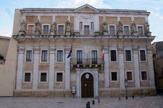 60 -Brindisi in piazza duomo, l'ex Palazzo del Seminario progettato nel 1720 da Mauro Manieri, presenta sulla balconata del secondo ordine otto statue in pietra raffiguranti la Matematica, l'Etica, la Teologia, la Filosofia, la Giurisprudenza, la Poetica e l'Oratoria. Qui ha sede il Museo Diocesano G. Tarantini, canonico brindisino dell'800