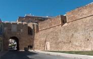 17 -Brindisi. Porta Lecce, vista d'insieme dall'esterno alla cinta muraria. Fu costruita nel 1464 su ordine di Ferdinando d'Aragona e potenziata nel 1530 da Carlo V, che vi fece aggiungere il proprio stemma .
