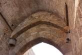 10 -Brindisi. Porta Mesagne, Fornice principale, particolare dei cardini delle porte e i resti dell'affresco