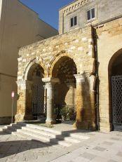 68 -Brindisi. Portico_dei_templari. Attualmente, completato con un tratto d'imitazione moderna con i rifacimenti degli anni 1954-1958, funge da accesso al Museo Ribezzo e ne è parte integrante ospitando, sotto le sue volte, reperti medievali, tra cui un grande sarcofago in pietra.