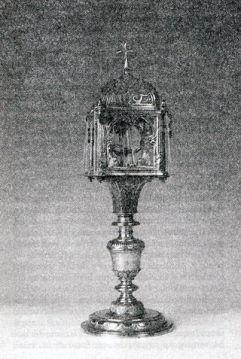 25 - Trani. Teca d'argento con i resti dell'ostia sacra,è attualmente custodita nella chiesa di Sant'Andrea.