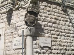 52 - TRANI. PALAZZO DE ANGELIS-Sugli spigoli del palazzo sono inseriti gli stemmi di famiglia mentre l'effetto scenografico del grande portale e' dovuto grazie al tipo di bugnato usato che ne fascia l'intera superficie.