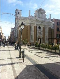 152 -Taranto. Via D'Aquino e piazza Giovanni XXIII e chiesa del Carmine.