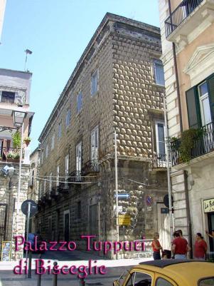 34 -Bisceglie. Il Palazzo fu fatto edificare verso la seconda metà del XVI secolo con molta probabilità dalla famiglia Frisari, di origini salernitane, che ricoprì importanti incarichi pubblici a Bisceglie.