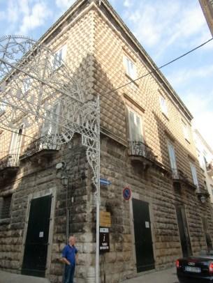 35 -Bisceglie. L'edificio è da ritenersi una delle opere più interessanti dell'architettura rinascimentale in loco. Verso la metà del XVIII secolo il palazzo fu venduto ai marchesi Tupputi, originari del piacentino, per cui assunse l'attuale denominazione.