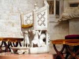 20 - Bisceglie. Cattedrale, all'interno, all'interno si trova la cattedra episcopale ossia il sedile di marmo destinato al Vescovo