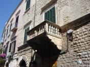 38 -Bisceglie, palazzo-Frisari. Nel 1556 venne edificato sulla muraglia (attuale via Frisari) il palazzo Frisari. L'edificio presenta una elegante facciata lavorata a bugne a punta di diamante nel piano superiore.