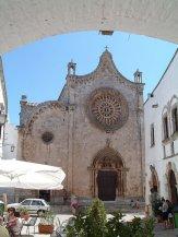 13 - Ostuni. La Cattedrale è il simbolo più conosciuto di Ostuni. Costruita tra il 1435 e il 1495, in stile tardo Gotico, ha una facciata tripartitica divisa da due lesene. Sul portale centrale si trova un magnifico rosone con 24 raggi finemente lavorati. L'interno dellla chiesa è del XVIII secolo, con cappelle laterali di stile barocco.