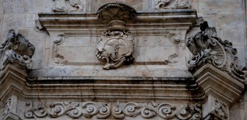 28 - -Ostuni_-_Chiesa_di_San_Vito_martirStemma del vescovo sul Portale