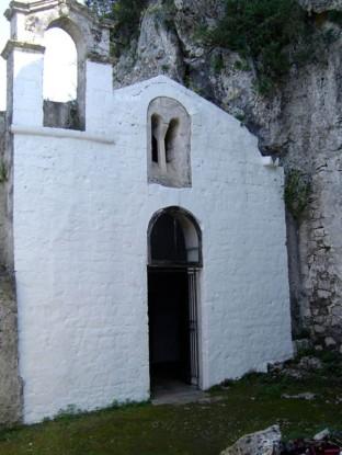 93 -Ostuni. Il santuario di S. Biagio,Sulla facciata con profilo a capanna si ammira una bifora che sormonta il portale d'ingresso; un piccolo campanile a vela si erge sulla parete di sinistra.