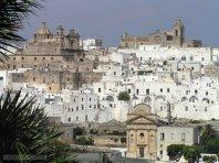 6 -Ostuni. sullo sfondo la cattedrale e la chiesa San Vito martire che troviamo in dettaglio di seguito.