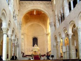 18 - Bisceglie. Cattedrale.L'interno della chiesa è a tre navate, divise da sedici archi su colonne.