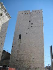 25 - Castello_Bisceglie_La torre maestra. La torre maestra fu fatta erigere verso il 1060 dal conte Pietro di Trani[24]. Interamente costruita in pietra calcare locale, rappresenta l'elemento dominante della città con i suoi 27 m di altezza.