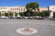 31 - Bisceglie. Geometrie di Piazza Vittorio Emanuele II con lo stemma cittadino