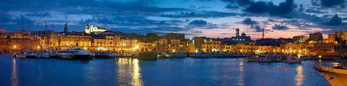 1 - Bisceglie. Panoramica del porto con il centro storico