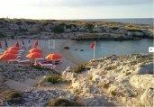 73 -Lido Due Onde. Metà spiaggia è libera e l'altra metà ospita il lido. Per arrivarci bisogna fare un lungo percorso tra la vegetazione.
