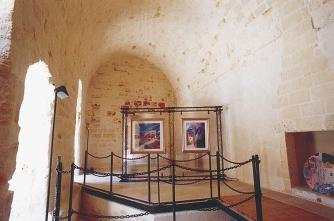 19 - Monopoli.Interni del castello; sala del piano primo; sul pavimento si apre un'apertura che evidenzia i resti della torre ottagonale posta sull'angolo di nord-est del corpo di guardia della porta romana.