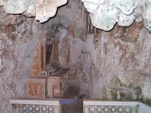 64 - Ostuni, interno del Santuario diSant'Oronzo. particolare della grotta.
