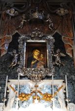 26 -Monopoli, cattedrale. Altare. Icona della Madonna della Madia posta nella omonima cappella