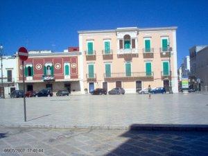3,1 -Fasano. Piazza Ciaia - Palazzo Latorre con particolare balcone e balaustra circolare.