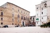 30-Monopoli. Piazza Palmieri con il suo maestoso palazzo Palmieri, barocco dalle 99 stanze.