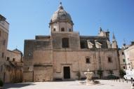 34 -Monopoli. La piazza, che sembra servire il palazzo del Marchese Palmieri, appartiene storicamente all'antica chiesa romanica di S. Pietro (sec. IV).