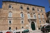 31 -Monopoli. Piazza Palmieri. Il Palazzo Palmieri sorge nella più antica piazza della città. Esso, isolato sul lato est, presenta un piano nobile e l'avancorpo centrale (due colonne a sostenere il balcone e lo stemma della famiglia.