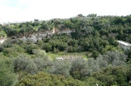 73 -L'ampio anfiteatro naturale del Pulo di Molfetta, con elementi di archeologia industriale sul fondo e su un fianco della dolina