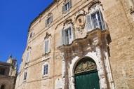 32 -Monopoli. Piazza Palmieri, particolare dell'entrata e balcone del palazzo Palmieri.